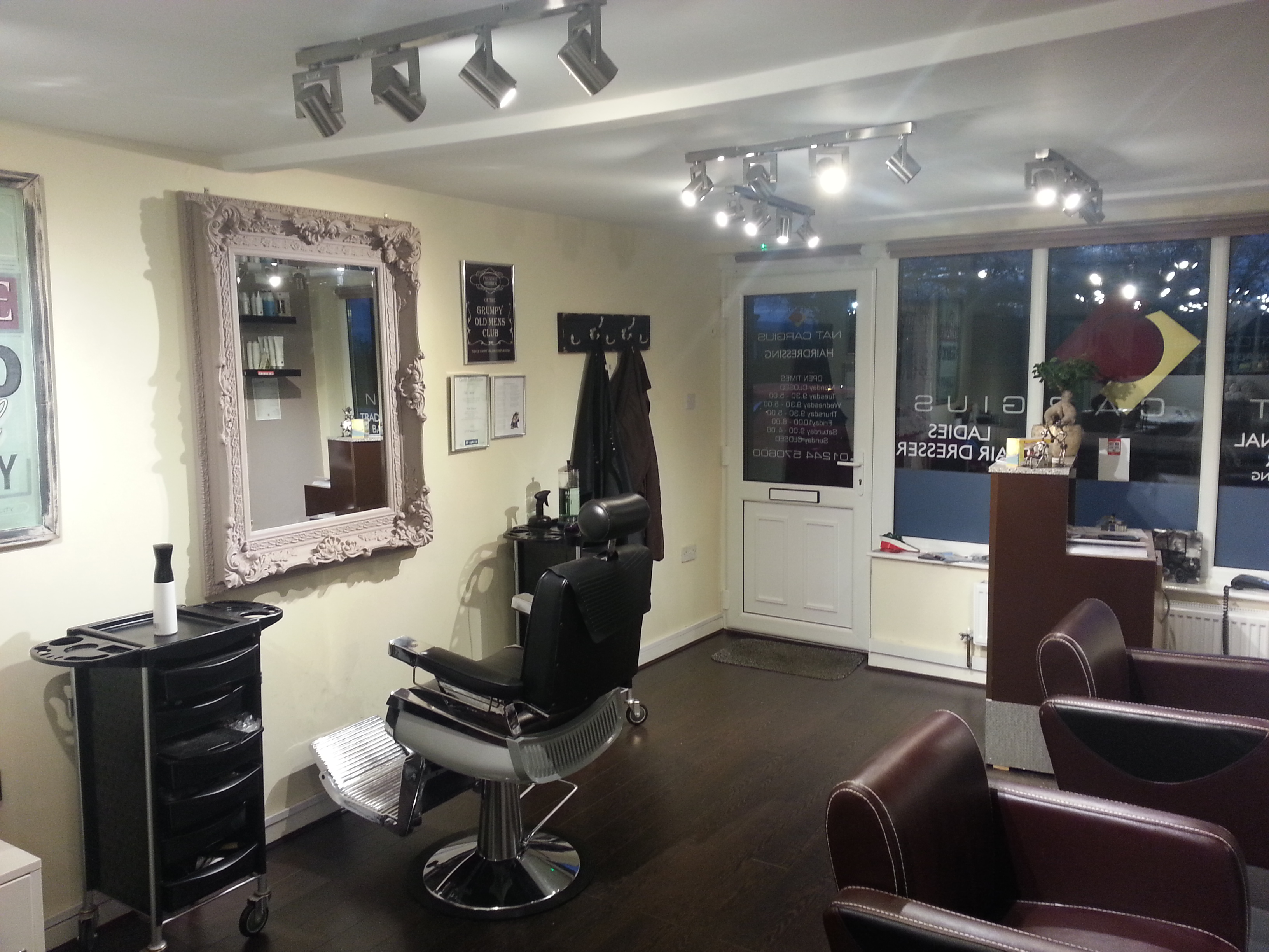 salon-empty-night-barber